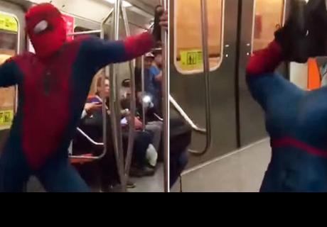 'Hombre Araña' baila 'Scooby Doo Papa' en transporte público y se vuelve viral