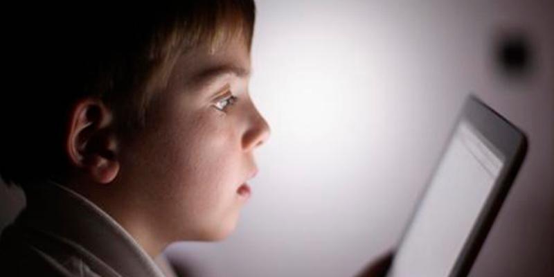 Niño agarra la tablet de su padre y lo bloquea por medio siglo