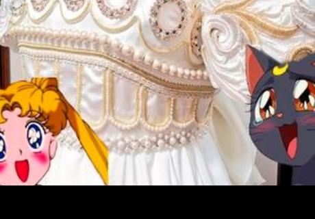Su mejor amiga decide casarse y ella le diseña un hermoso vestido de Sailor Moon