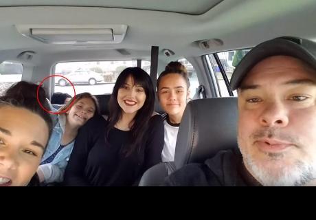 Se tomaba una foto con sus hijas, notaron algo extraño detrás y la verdad sorprendió a todos
