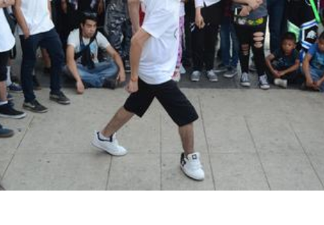 Grabaron a hombre bailando y detalle sorprende a cibernautas