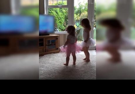 Niñas bailaban ballet en su casa, pero un insólito detalle llamó la atención de miles de usuarios