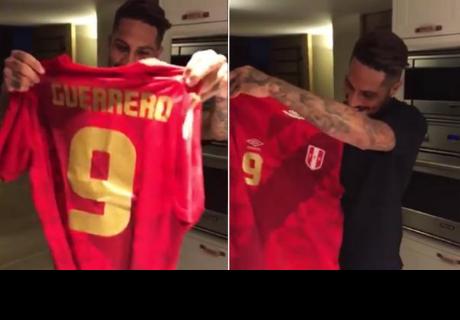 La reacción de Paolo Guerrero tras recibir nueva camiseta de la Selección Peruana