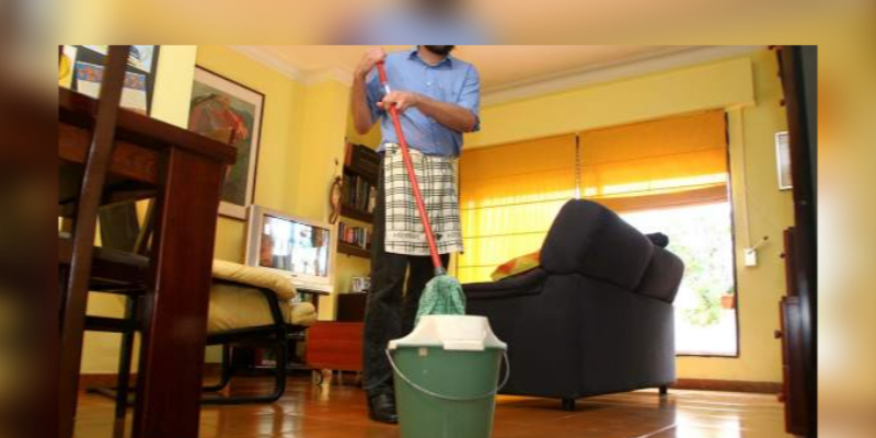 Los hombres que ayudan en las actividades de la casa tendrían mayor riesgo de separación