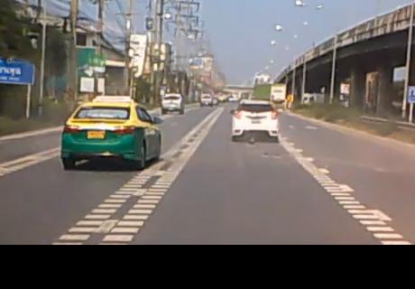 Extraño objeto volador casi provoca una tragedia en autopista