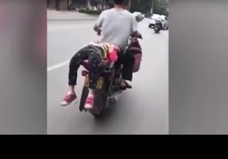 Internet está furioso con este papá que amarró a su hija en la moto por insólita razón