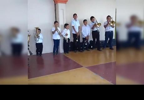 Grabó la presentación musical de su hijo, pero un inquietante detalle llamó la atención de miles