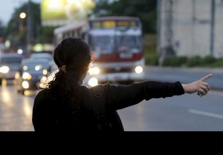 Un autobús atropella a una mujer y esta se levanta como si nada