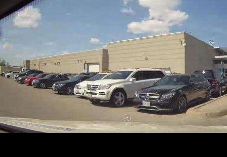 Deja su auto en un taller con la cámara encendida y graba el 'servicio' que menos esperaba