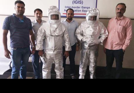 Vestían 'trajes espaciales' y afirmaban que vendían productos a la NASA