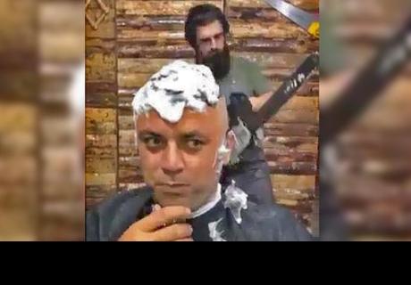 Peluquero usa una sierra eléctrica para cortar el cabello y su clienta termina 'aterrado'