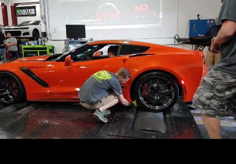 Hacía mantenimiento a auto de lujo, pero un descuido ocasionó preocupante final