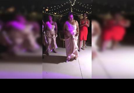 Le pidió a su dama de honor que baile y ella sorprendió haciendo lo impensado