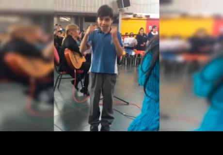 Niño le canta a su mamá con señas y conmueve a todos en la red