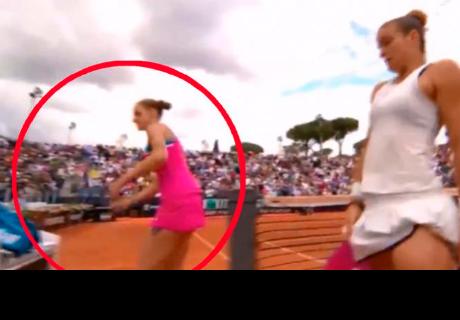 Tenista no soportó su derrota y termina destrozando su raqueta en el podio de la juez