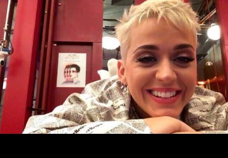 Katy Perry sale a la calle y sorprende usando una inquietante mascarilla y lentes de sol