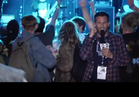 Reportero hizo trasmisión en vivo desde concierto de rock y le pasó lo peor