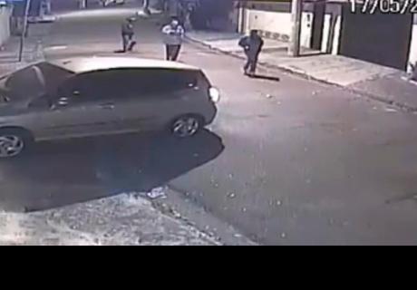 Delincuentes intentaron asaltar a mujer en su vehículo y se llevaron una gran sorpresa