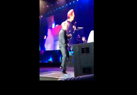 El cantante mexicano Luis Miguel protagoniza un muy incómodo momento sobre el escenario