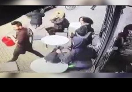 Se sentaron en un café pero no pidieron nada; el mesero las echó de una forma terrible