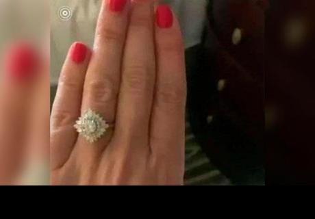 Comparte su anillo de compromiso, pero un 'pequeño' detalle la delata