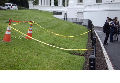 Se abre un agujero en el césped de la Casa Blanca