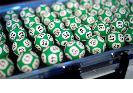 Una jamaiquina recoge un gran premio de lotería con una máscara