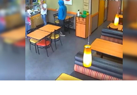 Creyó que un ladrón había ingresado a restaurante y causó polémica por lo que hizo