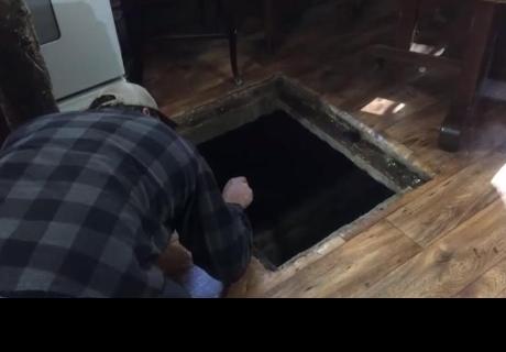 Abrió extraña puerta de su piso y encontró lo peor