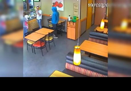 Creyó que un ladrón había ingresado a tienda y causó polémica por lo que hizo