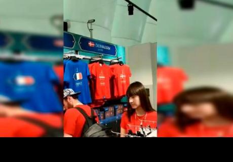 Hincha peruana acude a tienda oficial de FIFA en Rusia y se llevó gran sorpreso