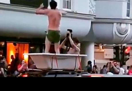 Dos hinchas pasean por el centro de Moscú en una bañera montada en un auto