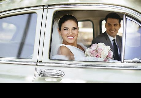 Recién casados paseaban en auto, pero jóvenes destruyen su felicidad