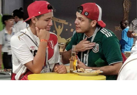 Hincha mexicano consuela a peruano es la imagen que ha dado la vuelta al mundo