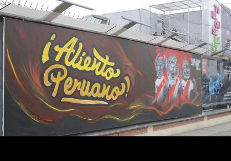 Estudiantes pintan mural en homenaje a la selección peruana
