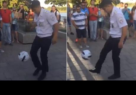 Policía ruso sorprendió a fanáticos uruguayos con 40 'pataditas'