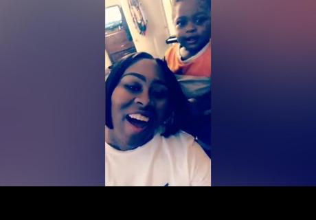 Niño jugaba con el 'pelo' de su madre, pero se llevó gran sorpresa