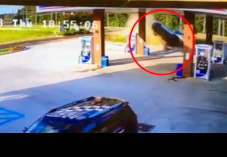 Mujer provoca brusco choque con su auto y se retira caminando