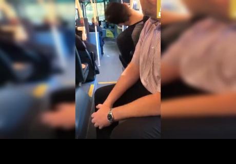 Joven se quedó dormido en bus y le ocurrió algo que lo popularizó en redes sociales