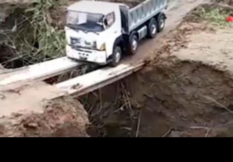 Chófer de tráiler intentar cruzar peligroso puente, pero ocurre lo impensado