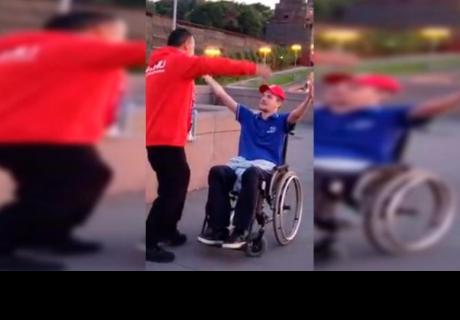 Elogian el noble gesto de un peruano hacia un hincha ruso en silla de ruedas
