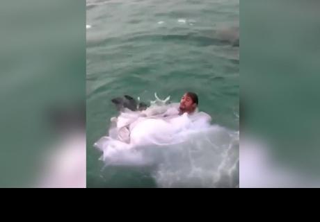 Quiso celebrar su boda lanzándose al mar y casi se ahoga con su propio vestido