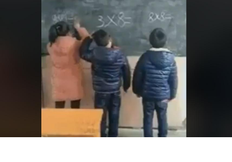 Profesor saca a tres alumnos a la pizarra y sucede algo increíble
