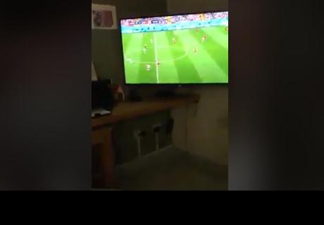 Gritaron gol durante el partido y su amigo salió así de la ducha