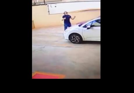 Hombre salva a un perro cuando este caía desde un noveno piso