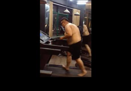 Hombre  tiene increíble motivación para no dejar de ir al gimnasio