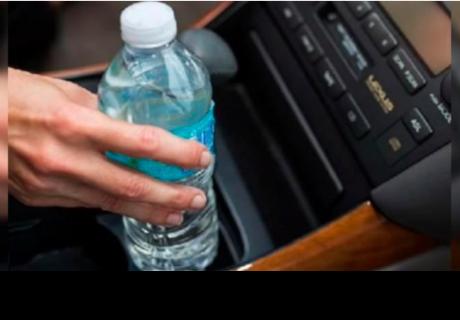 Por esta razón nunca debes dejar una botella con agua dentro de un auto
