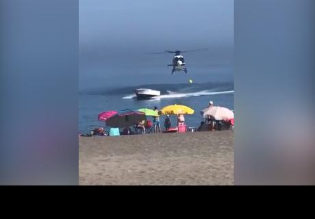 Persecución en helicóptero a una 'narcolancha' sorprende a bañistas en una playa española