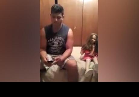 ¿Se sentó al lado de una muñeca, sucedió escalofriante incidente y todo terminó mal?