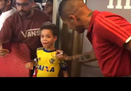 Así fue la reacción en un pequeño hincha de Paolo Guerrero cuando le firmó su camiseta